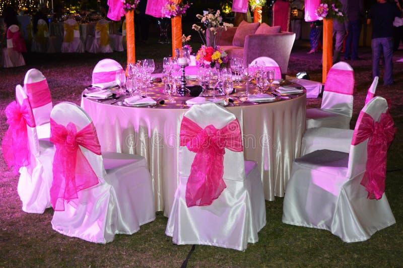 TABLE DE DÎNER POUR UNE FONCTION DE MARIAGE photo libre de droits