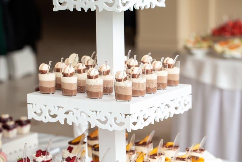 Table de dessert pour une fête Barre de bonbons Table avec bonbons, bonbons, dessert, service de mariage de luxe photo stock
