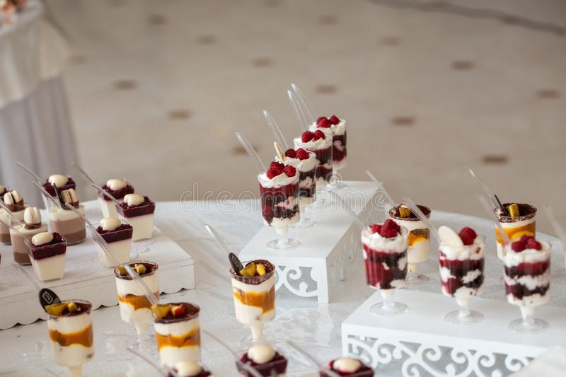 Table de dessert pour une fête Barre de bonbons Table avec bonbons, bonbons, dessert photo stock