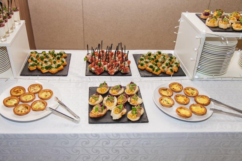 Table de fête avec des casse-croûte images stock