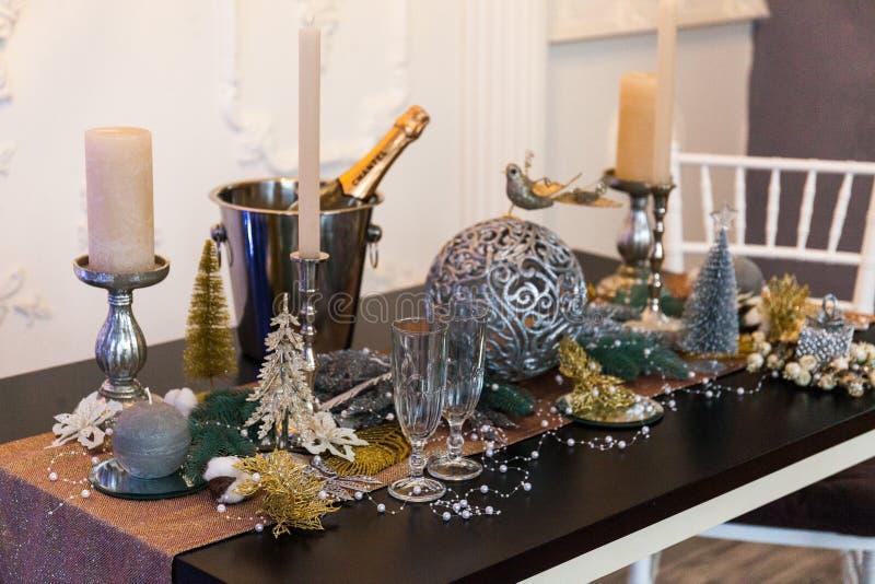Table de fête avec des décorations de Noël dans l'intérieur à la maison image stock