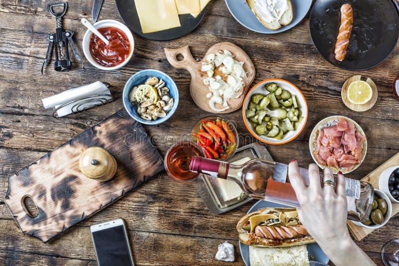 Table de fête de dîner, nourriture, vin, alcool, boisson, bouteille, dinant, dîner, plat, boisson, de fête, amis, vue supérieure photo stock