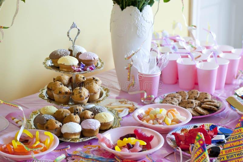 Table de fête d'anniversaire images stock