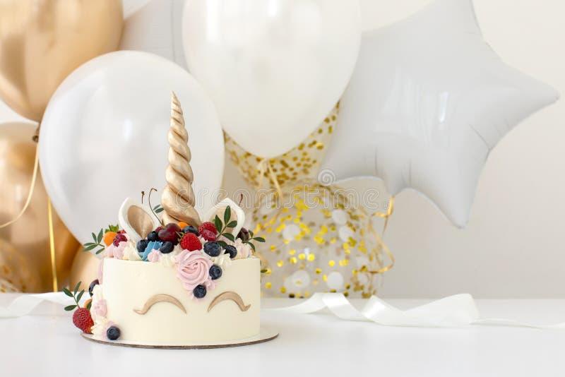 Table de fête d'anniversaire avec le gâteau de licorne photo libre de droits