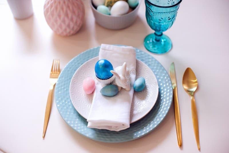 Table de fête de Pâques et de ressort décorée dans des couleurs roses et bleues avec les couverts métalliques d'or modernes image stock
