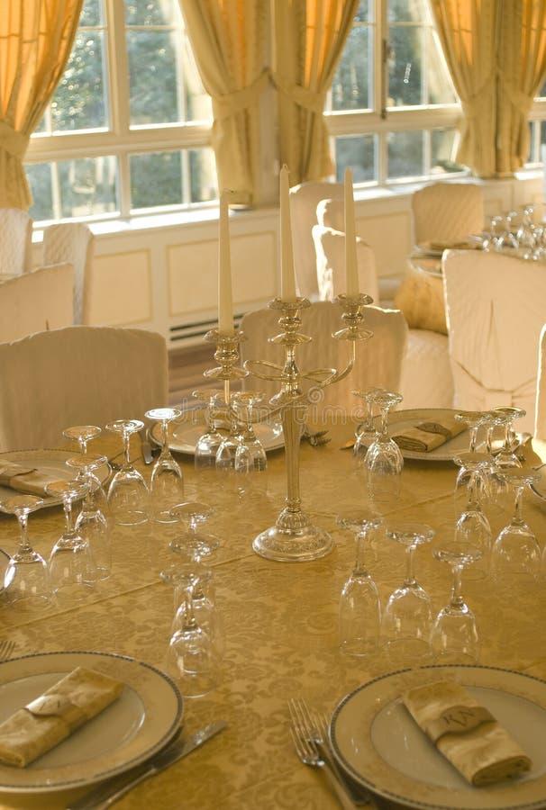 Table de fantaisie mise pour un dîner photos stock