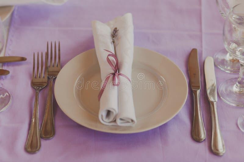 Table de fantaisie mise pour un dîner de mariage photographie stock