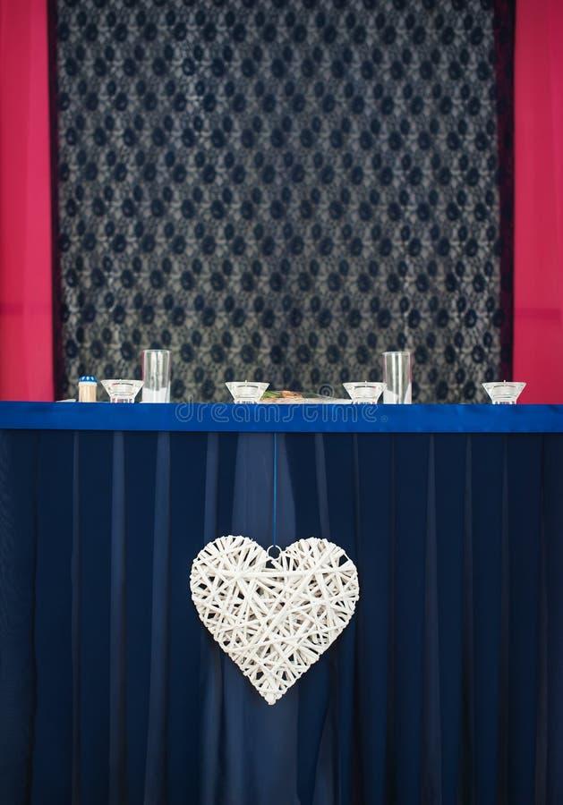 Table de fantaisie mise pour un dîner de mariage photographie stock libre de droits