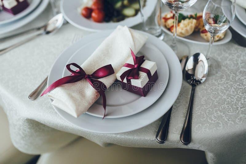 Table de fantaisie mise pour un dîner de mariage photos libres de droits