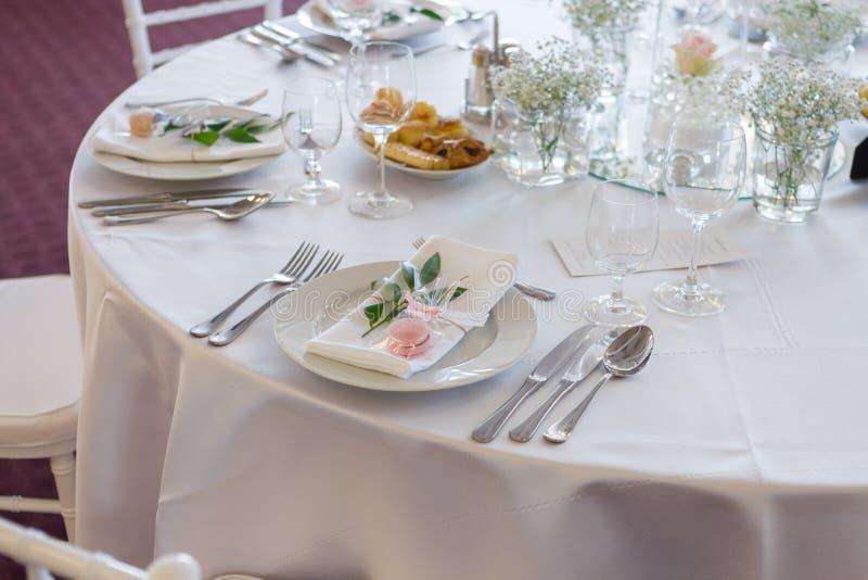Table de fantaisie mise pour un mariage photographie stock libre de droits