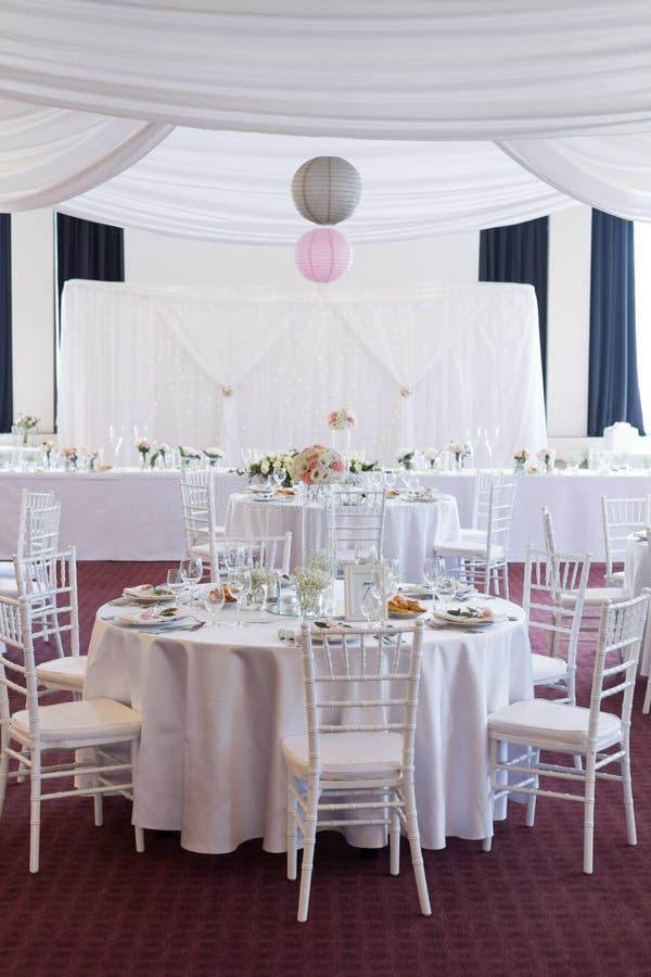 Table de fantaisie mise pour un mariage photos stock