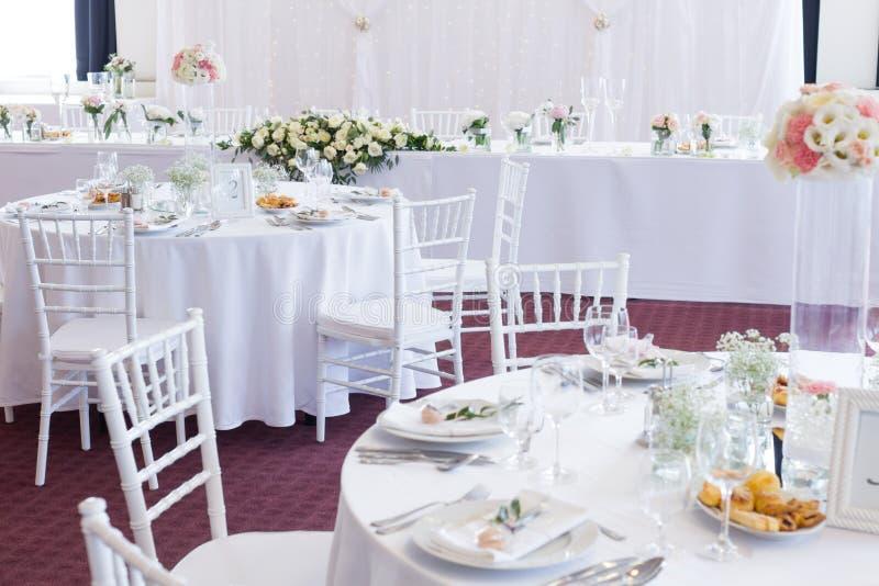 Table de fantaisie mise pour un mariage images stock