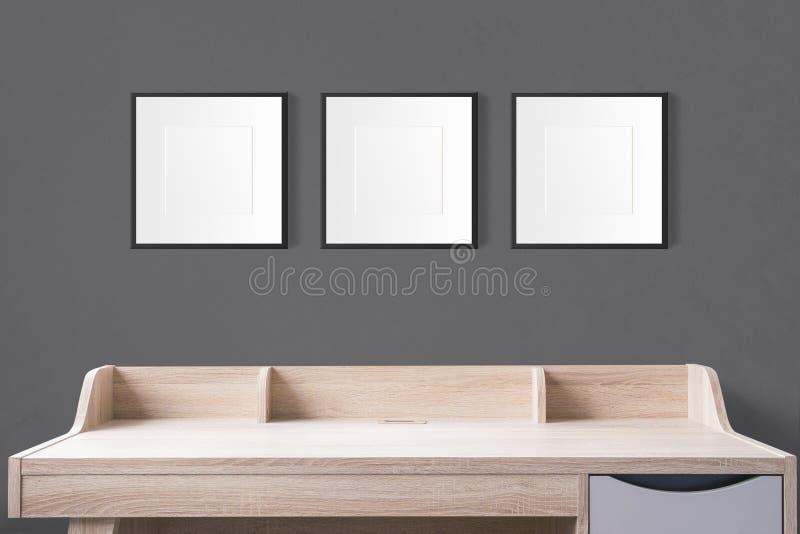 Table de fonctionnement avec les cadres vides de photo dans le studio vide avec b photo libre de droits