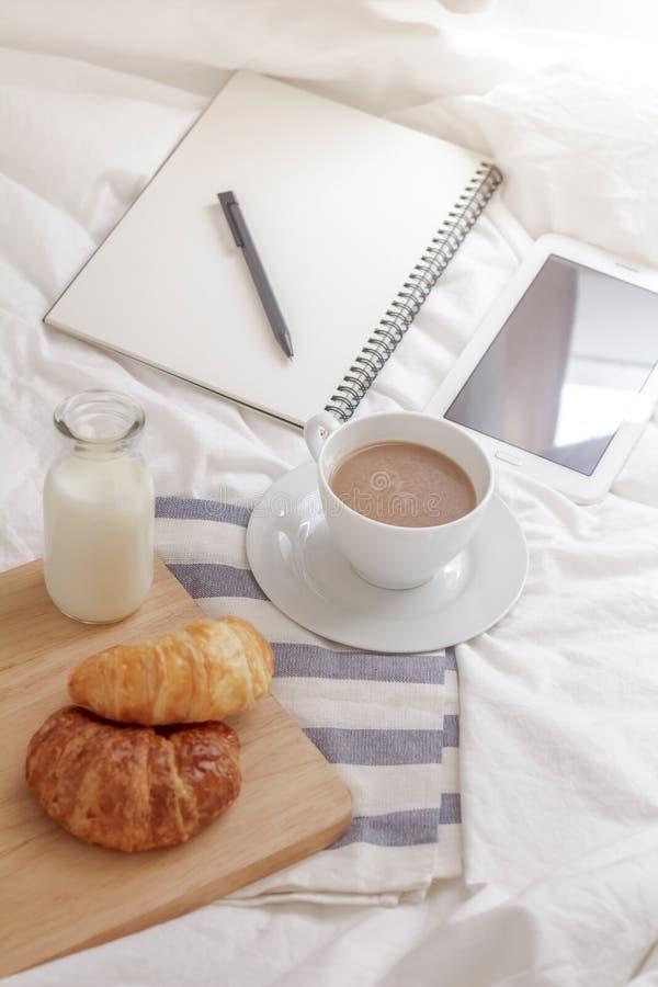table de fonctionnement pendant le matin photographie stock libre de droits