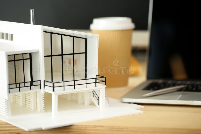 Table de fonctionnement vide d'architecte avec le modèle de maison photos stock