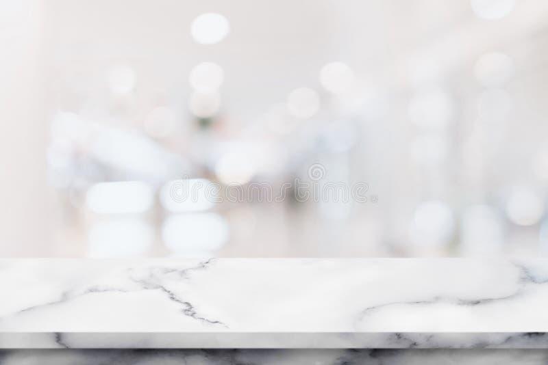 Table de marbre blanche avec l'intérieur dans le centre commercial photographie stock libre de droits