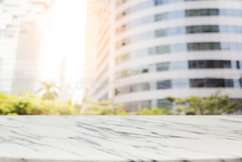 Table de marbre vide avec le fond de vue de bureau de pièce de tache floue et de ville de fenêtre photos stock