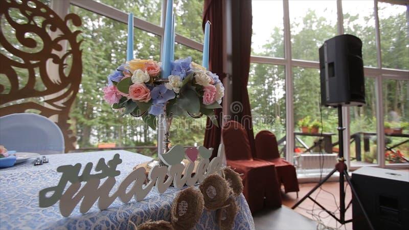 Table de mariage à un festin de mariage décorée du bouquet nuptiale Banquet Hall Table de fête pour les jeunes mariés images stock