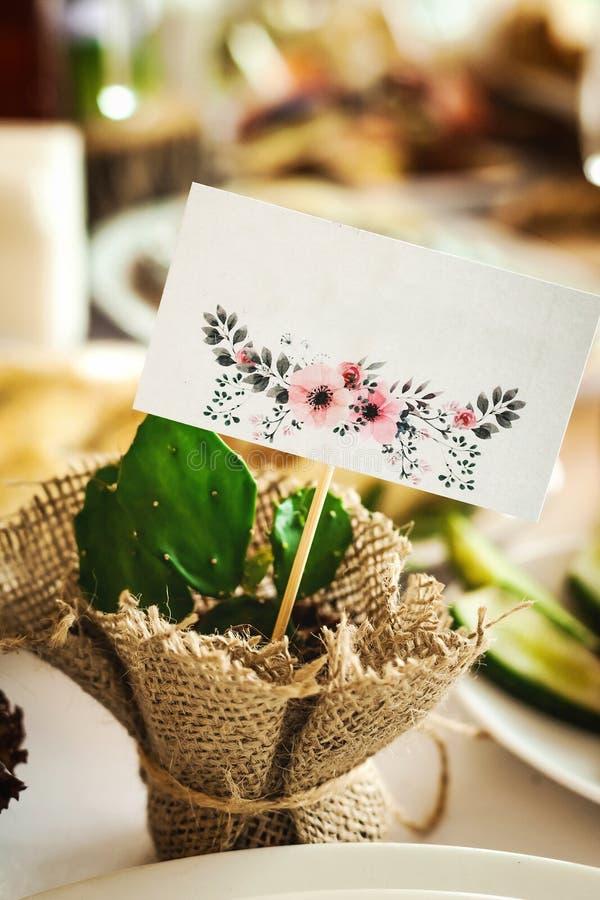 Table de mariage décorée de l'usine de cactus images libres de droits