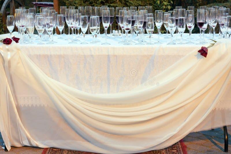Table de mariage dehors avec les verres vides photos stock