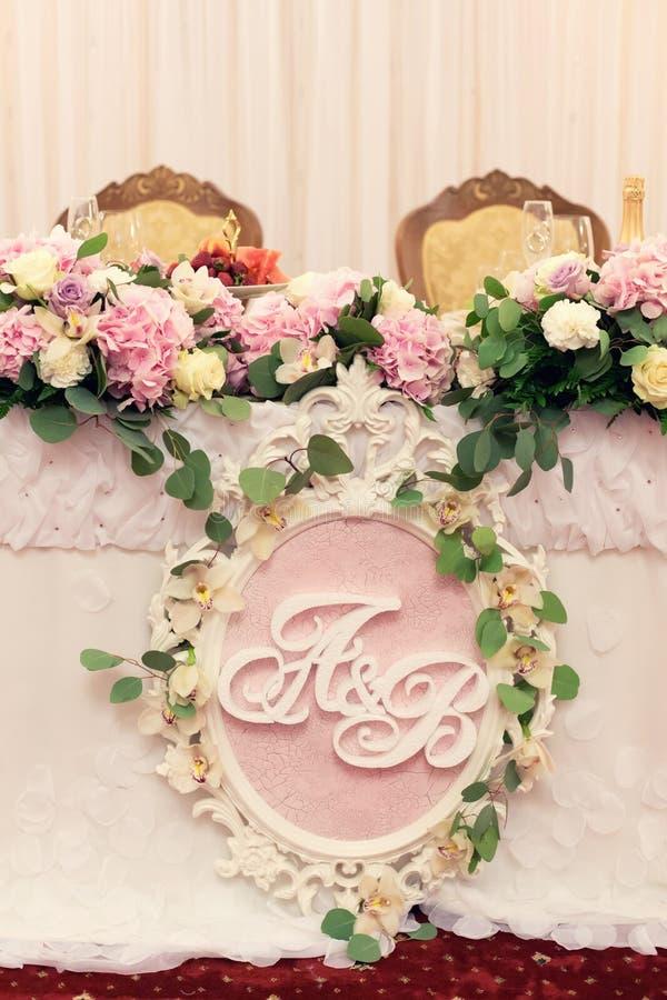 Table de mariage pour le marié et la jeune mariée en fleurs roses images libres de droits