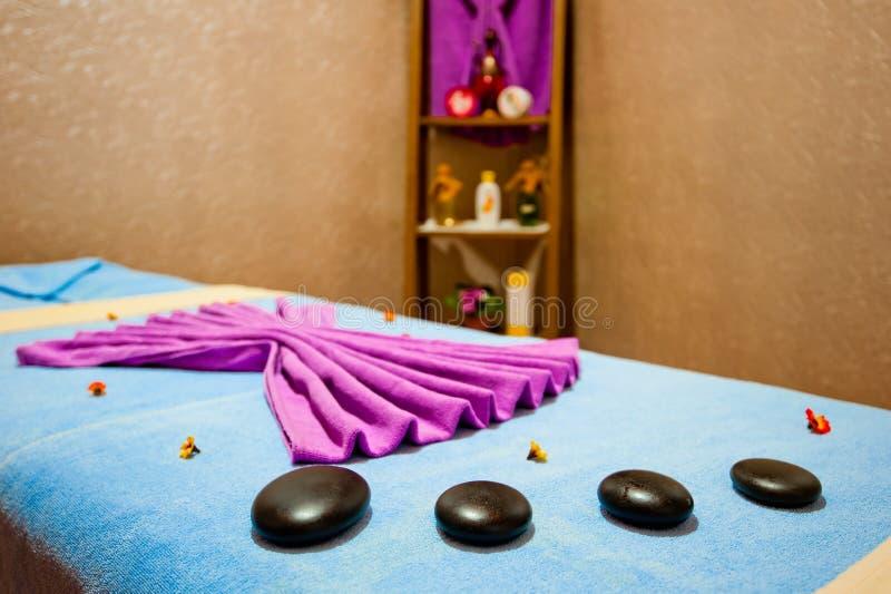 Table de massage dans la station thermale de chambre image stock
