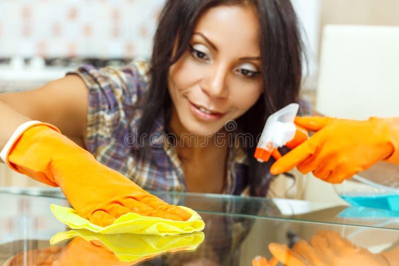 Table de nettoyage de femme au foyer photos stock