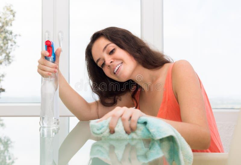 Table de nettoyage de fille photo stock