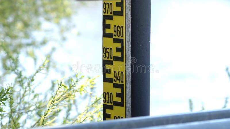 Table de niveau d'eau sur l'Elbe photographie stock libre de droits