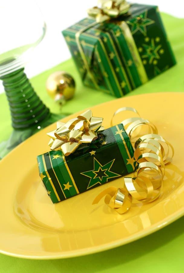 Table de Noël de portion de la plaque et du cadeau image stock