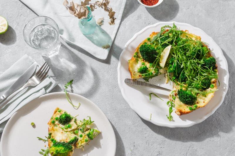 Table de petit déjeuner broccoli frittata vue supérieure photo stock