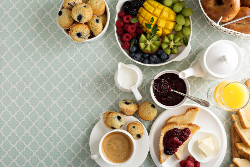 Table de petit déjeuner continental fraîche et lumineuse photos stock