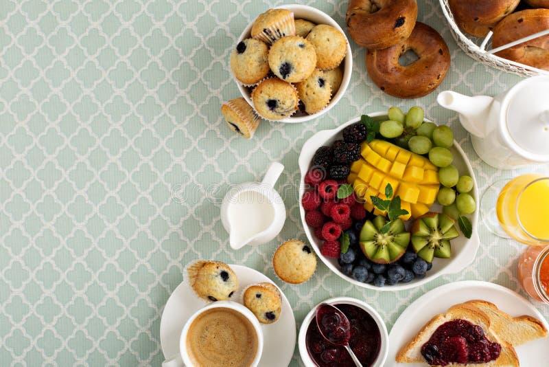 Table de petit déjeuner continental fraîche et lumineuse photographie stock