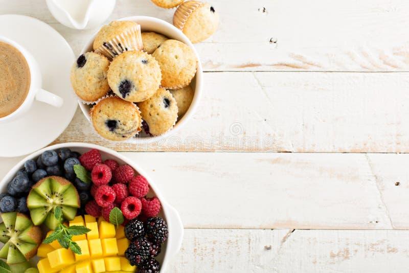 Table de petit déjeuner continental fraîche et lumineuse images libres de droits