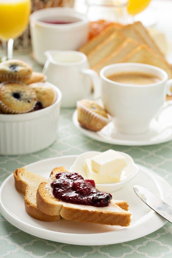 Table de petit déjeuner continental fraîche et lumineuse photos libres de droits