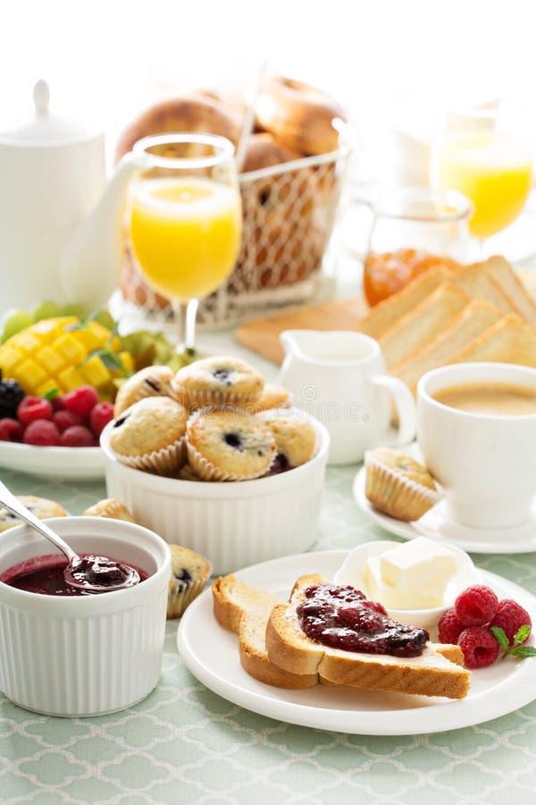 Table de petit déjeuner continental fraîche et lumineuse photo libre de droits