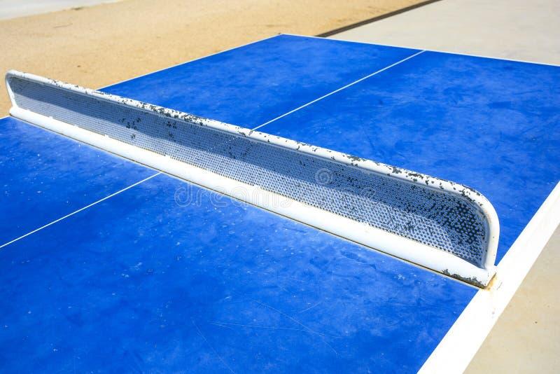 Table de ping-pong sur la rue photo stock