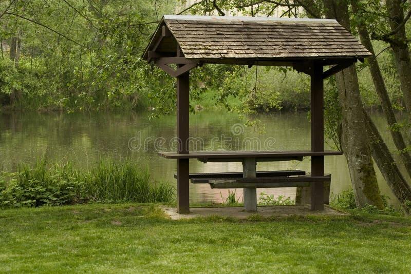 Table de pique-nique couverte photo libre de droits