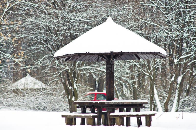 Table de pique-nique dans la forêt couverte de neige pendant l'hiver image libre de droits