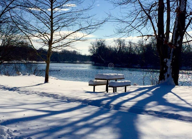 Table de pique-nique dans la neige image libre de droits