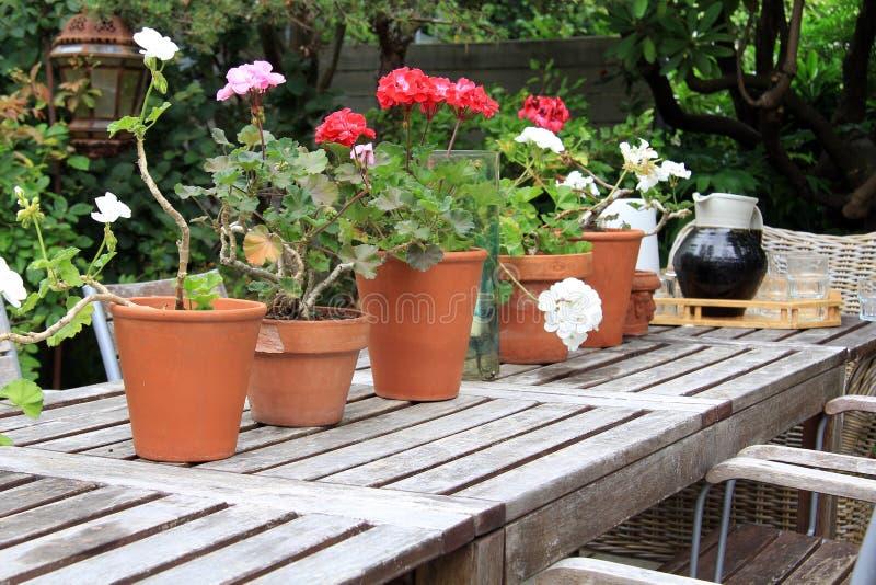 Table de pique-nique extérieure photos stock