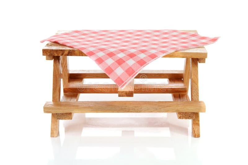 Table de pique-nique vide avec la nappe images stock