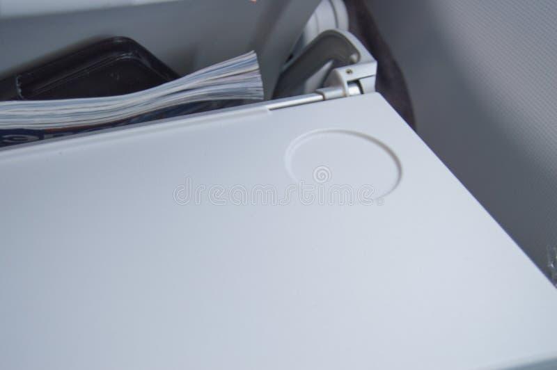 Table de pliage pour la nourriture et boissons pour un vol confortable en voyageant en avion photos stock