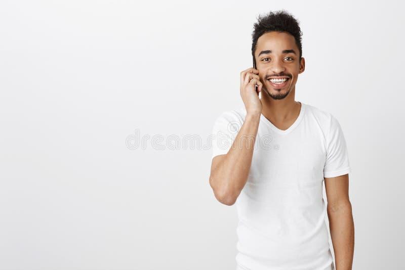Table de réservation en café populaire Portrait d'ami bel heureux d'afro-américain, parlant sur le smartphone et le sourire photos libres de droits