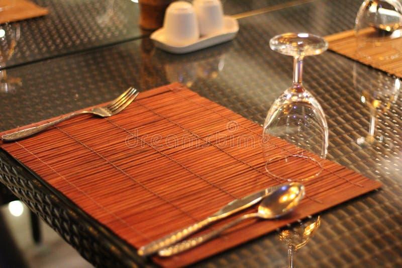 Table de restaurant au coucher du soleil photo stock