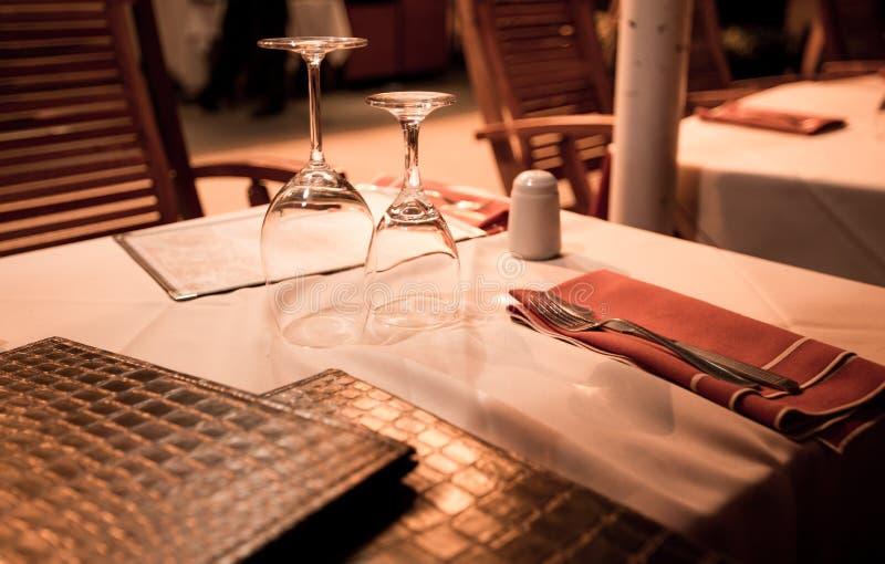 Table de restaurant avec le verre à vin images libres de droits