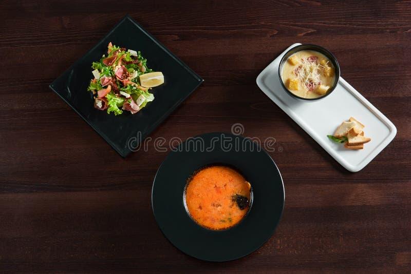 Table de restaurant complètement de nourriture délicieuse photographie stock libre de droits