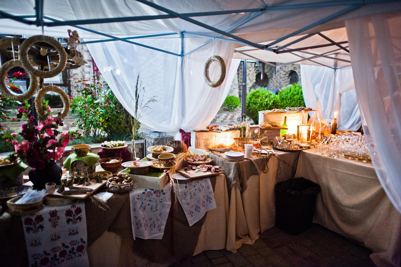 Table de restauration de mariage avec la nourriture différente la nuit extérieur photo stock
