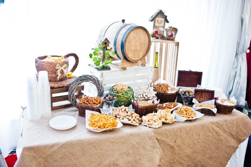 Table de restauration de réception de mariage avec différents snaks photo libre de droits