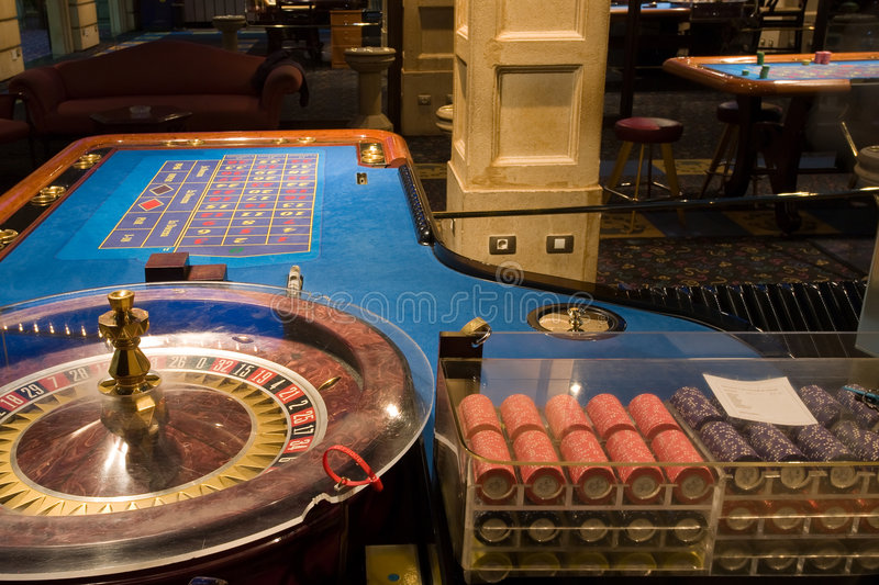 Table de roulette dans le casino photo stock